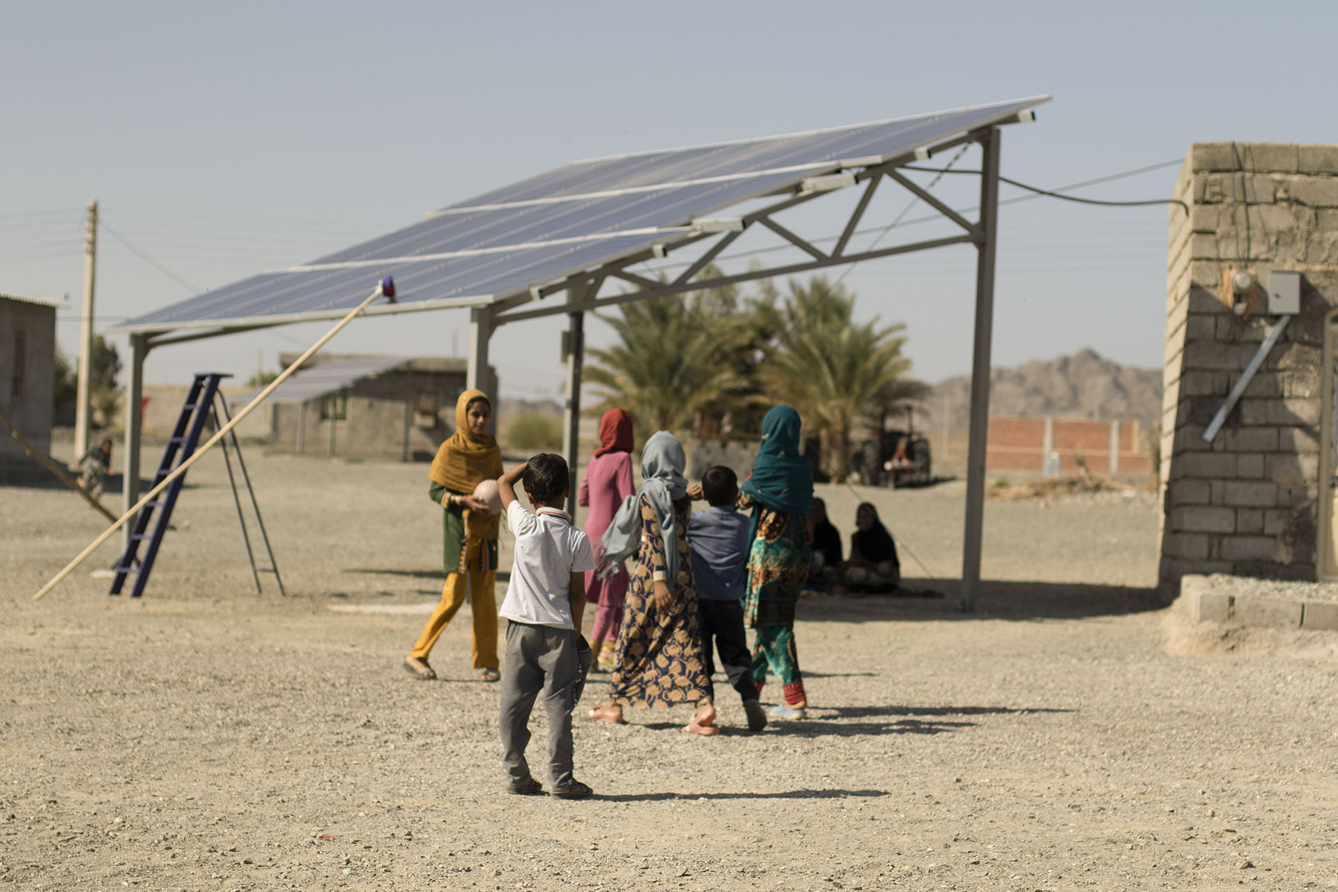با پایان یافتن دوره بازپرداخت اقساط نیروگاههای خورشیدی طرح پایلوت، تمامی درآمد ناشی از فروش برق بانوان سرپرست خانوار به حساب ایشان منظور میگردد.